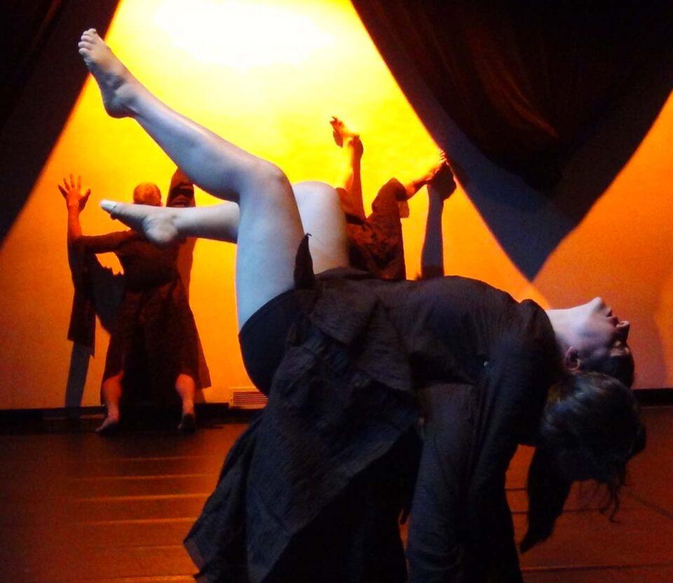 Bach : le mal nécessaire, un spectacle où l'on mixe musique classique, art audio, costumes loufoques, mouvements de groupe et danse contemporaine!