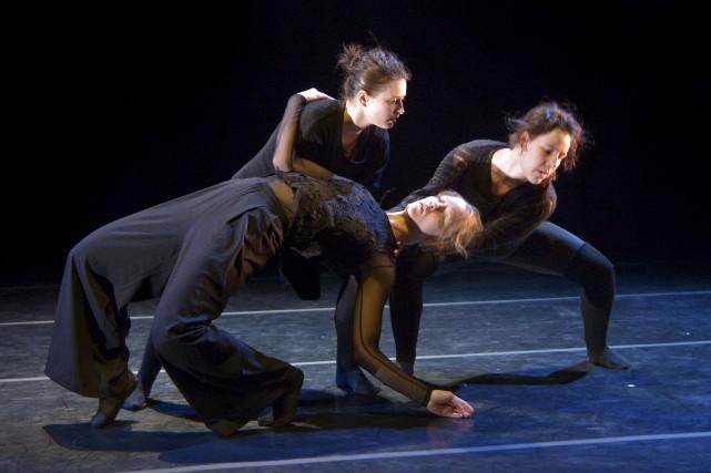 Corps gravitaires et beauté brute: de l'introspection à l'exagération par Daphné Bédard, Le Soleil